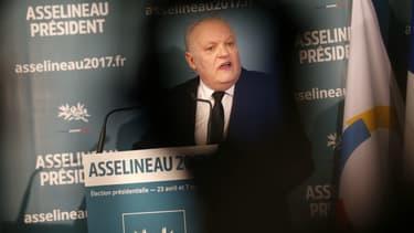 François Asselineau lors de l'annonce de sa candidature le 10 mars 2017 à Paris.