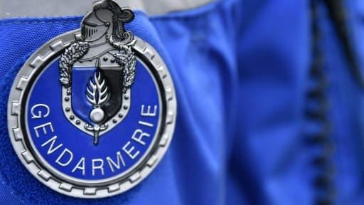 Le badge de la Gendarmerie sur l'uniforme d'un gendarme lors d'un contrôle de vitesse à Saint-Allouestre (Morbihan), le 1er décembre  2017