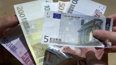 """Une majorité de 58% des Français disent s'en sortir """"difficilement"""" avec les revenus de leur foyer, dont 14% """"très difficilement"""", selon un sondage Ifop à paraître dans Sud-Ouest Dimanche. /Photo d'archives/REUTERS/Vincent Kessler"""
