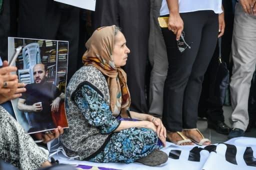 Un manifestant brandit un portrait d'un des journalistes de Cumhuriyet incarcérés, le 24 juillet 2017 devant le tribunal d'Istanbul