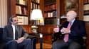 Antonis Samaras (à gauche), chef de file de l'opposition conservatrice, ici avec le président grec Karolos Papoulias à Athènes, a réclamé dimanche la démission du Premier ministre grec George Papandréou et s'est dit prêt à coopérer dans cette hypothèse. /
