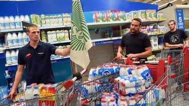 Ce samedi matin, un groupe de manifestants de la FDSEA a retiré des briques de lait des rayons et les a apportées dans les réserves du magasin.