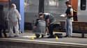 Des agents de la police technique et scientifique sont à pied d'oeuvre dans la gare d'Arras, après l'attaque dans un Thalys.