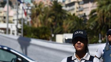 Autour du site de l'attentat de Nice, un strict cordon de sécurité empêche l'accès aux badauds. Une bâche a été déployée pour que l'on ne puisse pas observer le travail des spécialistes sur place, ni l'évacuation des corps.