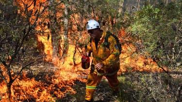 Un pompier allume un feu volontaire dans les Montagnes Bleues, le 21 octobre.