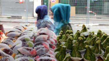 Des femmes voilées devant une pâtisserie à Bordeaux