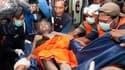 Evacuation d'une femme blessée lors de l'éruption du volcan indonésien Merapi, vendredi. Selon un dernier bilan, au moins 100 personnes sont mortes depuis le début de l'éruption et plus de 75.000 ont été évacuées. /Photo prise le 5 novembre 2010/REUTERS/D