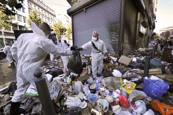 Des poubelles ramassées à Marseille par la Sécurité civile, lors de la grève d'octobre 2010.