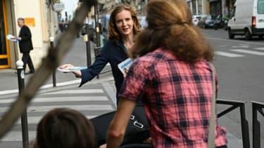 Nathalie Kosciusko-Morizet distribue des tracts aux passants à Paris le 2 juin 2017