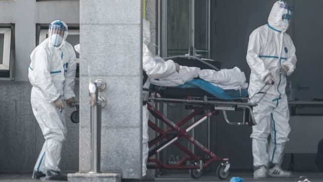Personnel médical dans un hôpital de Wuhan, foyer de l'épidémie de coronavirus