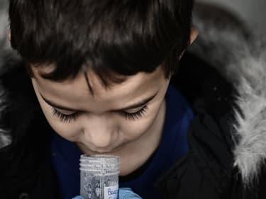 Un élève au cours d'un test salivaire.
