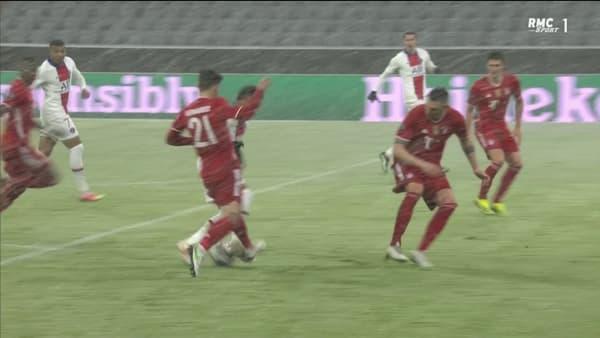 Le contact entre Hernandez et Neymar sous un autre angle