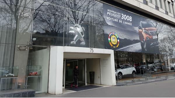 Au siège-showroom parisien de Peugeot, on affiche fièrement le titre de voiture de l'année 2017.