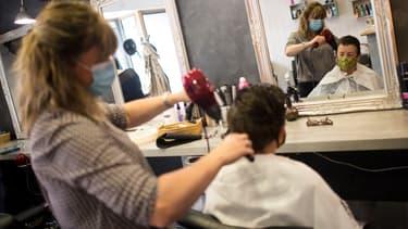 Un salon de coiffure sur l'île de Groix, dans le Morbihan, le 11 mai 2020, au premier jour du déconfinement (photo d'illustration)