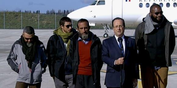 François Hollande, entouré des quatre ex-otages, s'exprime face à la presse.