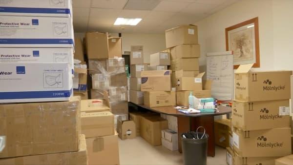 Photo d'un bureau rempli de cartons de la clinique de l'Estrée plein de matériel médical pour lutter contre le coronavirus