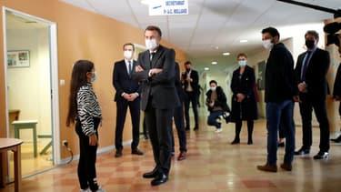 Le président français Emmanuel Macron (c) visite le service de pédopsychiatrie du CHU de Reims, le 14 avril 2021