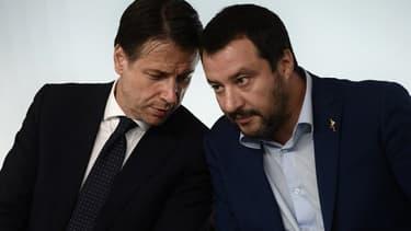 Le président du Conseil italien Giuseppe Conte et le ministre de l'Intérieur Matteo Salvini lors d'une conférence de presse le 15 novembre à Rome.