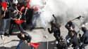 Des affrontements entre groupes de jeunes cagoulés et simples manifestants ont éclaté jeudi lors du rassemblement contre l'austérité devant le Parlement grec, à Athènes. /Photo prise le 20 octobre 2011/REUTERS/Yiorgos Karahalis
