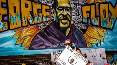 Affiches à la mémoire de George Floyd, tué le 25 mai par des policiers à Minneapolis.