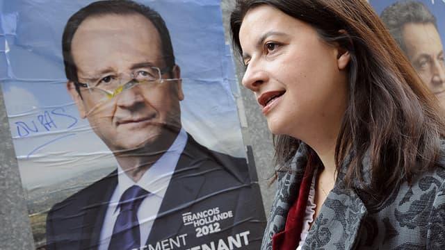 Cécile Duflot, le 6 mai 2012, répondait aux journalistes près de l'affiche de François Hollande devant un bureau de vote parisien.