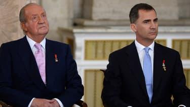 Juan Carlos et son fils Felipe ce 18 juin, peu avant la signature de la loi permettant l'abdication du roi.