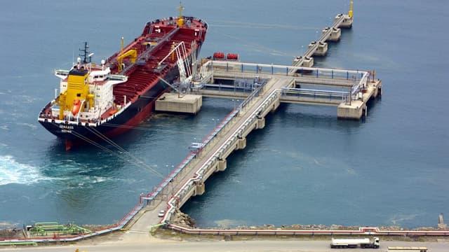 Un méthanier livrant du gaz naturel liquéfié (GNL) dans un port espagnol.