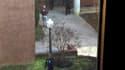 Policier sur le campus de l'université américaine Virginia Tech où deux personnes, dont un policier, ont été tuées jeudi dans des échanges de tirs. /Photo prise le 8 décembre 2011/REUTERS/Katherine Davison