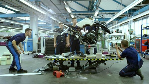 Les apprentis de BMW Motorrad au travail sur la version 1:1 de la moto volante.