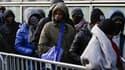 Des réfugiés font la queue devant un centre d'accueil (Photo d'illustration)