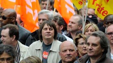 Le secrétaire général de la CGT, Bernard Thibault, dans le cortège parisien. Des dizaines de milliers de personnes - 300.000 à la mi-journée selon la CGT - ont manifesté en France à l'occasion d'un 1er-Mai placé cette année sous le signe de la défense de