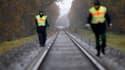 Policiers allemands inspectant la voie ferrée près du village de Dannenberg. Un convoi ferroviaire transportant des déchets radioactifs à destination de l'Allemagne a quitté vendredi le terminal ferroviaire du groupe nucléaire français Areva à Valognes (M