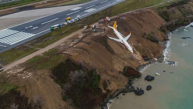 Après sa sortie de piste, un avion de la Pegasus Airlines a failli s'échouer en mer.