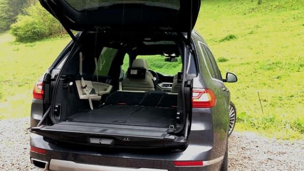 Le coffre avec les sièges rabattables  électriquement permet en un seul appui de profiter du volume maximum de 2120 litres avec seulement les 2 places à l'avant.