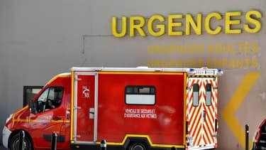 Une voiture de pompiers devant les urgences