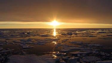 Coucher de soleil en Arctique, au niveau du Canada, le 10 octobre 2007