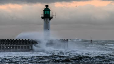 Le phare du port de Calais balayé par des vents violents, le 10 décembre 2017