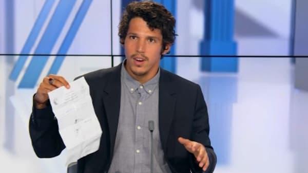 Notre reporter Juan Palencia montre l'autorisation qu'ils devaient fournir aux talibans lors des contrôles.
