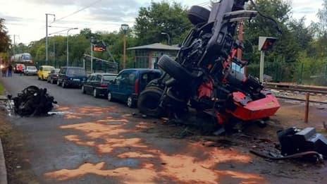 Carcasse du poids lourd après l'impact avec le TER.