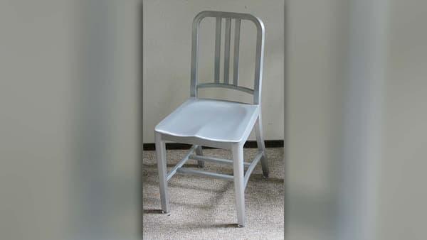 La chaise Emeco 1006 a su susciter l'amour des designers.