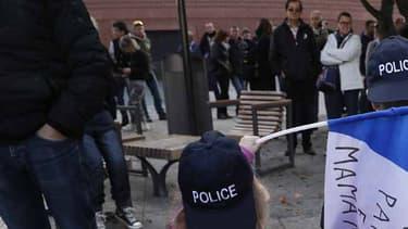 Des enfants parés de casquette de policiers, ce samedi, lors d'un rassemblement à Evry