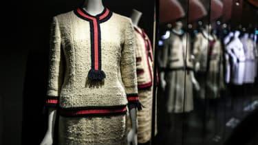 """Des tailleurs à l'exposition """"Gabrielle Chanel. Manifeste de mode"""" au palais Galliera à Paris, le 25 septembre 2020"""