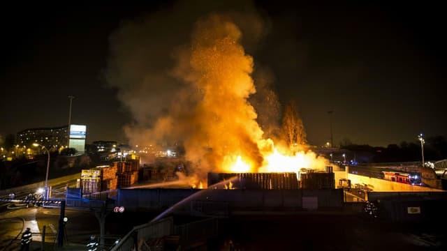 Un violent incendie provoqué par des explosions de gaz a ravagé une zone industrielle à Bondy.