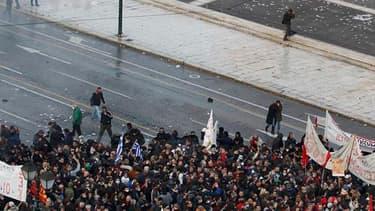 A l'extérieur du Parlement à Athènes sur la place Syntagma. Des dizaines de milliers de manifestants sont rassemblés autour du Parlement grec alors que les députés doivent voter en fin de journée un projet de loi regroupant des mesures d'austérité aussi d