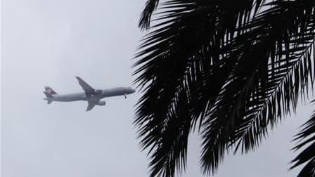 Avion s'apprêtant à atterrir à l'aéroport international de Nice, samedi. L'espace aérien et les aéroports français vont rester ouverts dans les jours qui viennent malgré la présence du nuage de cendres volcaniques islandais, indique la Direction générale