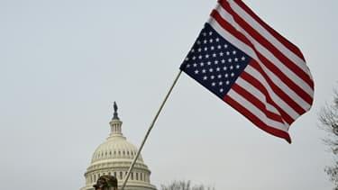 Un drapeau des Etats-Unis devant le Capitol, à Washington.