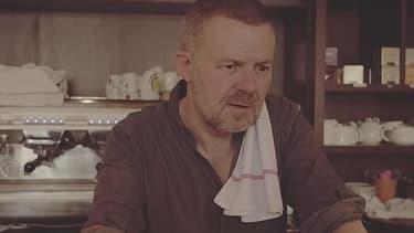"""Eric Naulleau dans le clip d'Archimède, """"Je t'aime low cost""""."""