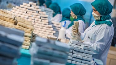 Le Maroc a débloqué un budget de 6 milliards pour affronter la crise.  Les entreprises du pays produisent des masques jetables ou réutilisables et n'ont pas le droit de les exporter si elles bénéficient de subventions.