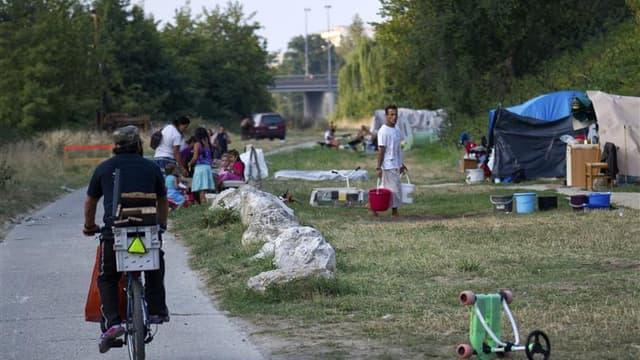 Un camp de Roms établi sur les berges de la Garonne à Toulouse a été évacué jeudi, en lien avec des associations d'aide qui soulignent que toutes les familles seront relogées. /Photo prise le 11 septembre 2012/REUTERS/Bruno Martin