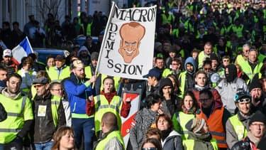Une caricature d'Emmanuel Macron brandie lors d'une manifestation des gilets jaunes à Béziers, le 19 janvier 2019.